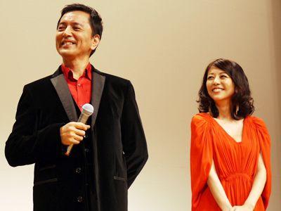 思わずニンマリの榎木孝明(左)と白石美帆(右)