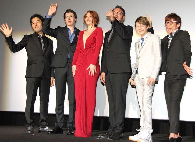 左から中田敦彦、ニック・ロビンソン、ブライス・ダラス・ハワード、コリン・トレヴォロウ監督、タイ・シンプキンス、藤森慎吾
