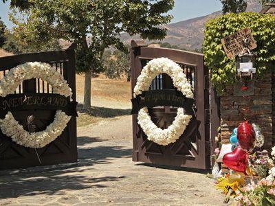 マイケルさんの葬式が行われるネバーランドの入り口-追悼の花が飾られている