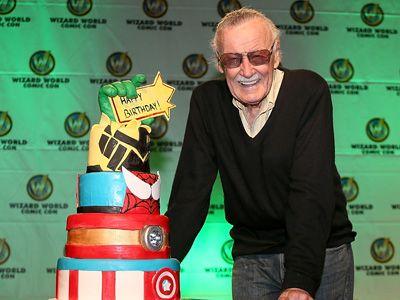 もっともっとみんなを楽しませるよ! - 特製ケーキで早めの誕生日を祝うスタン・リー