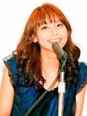 恋愛と結婚は選ぶ相手が違う? 壇上で英語のスピーチを披露する相武紗季