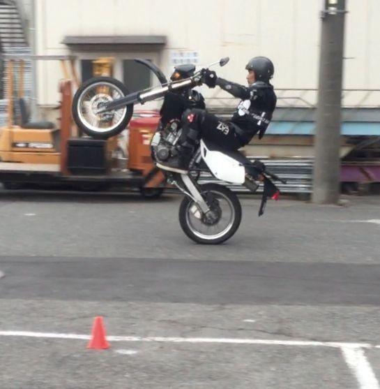 フロントアップ走行中の吉川晃司