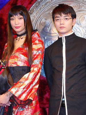 劇中衣装で登場した杏と染谷将太