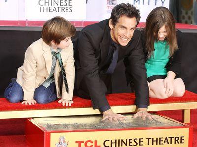 パパの手形だぞ! - 手形をつけるベン・スティラーと子どもたち