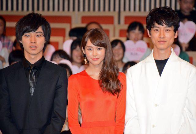 ファンからの歓声を浴びた(左から)山崎賢人、桐谷美玲、坂口健太郎