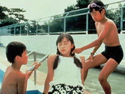 まだ14歳だった奥菜(中央)の美少女ぶりにも注目!