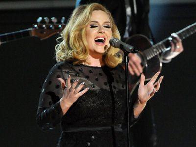 こんなに楽しそうに歌っているのに、休養なんてするわけないでしょ? - 第54回グラミー賞でパフォーマンスを行うアデル