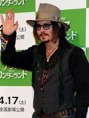 日本のファンに手を振るジョニー・デップ