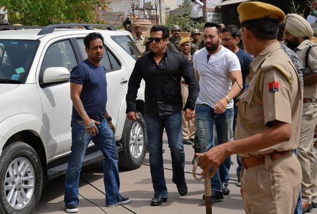 4月5日、インドの裁判所は、稀少動物を殺し野生動物保護法に違反したとして、人気俳優のサルマン・カーン被告(52、写真左から2人目)に5年の禁錮刑を言い渡した