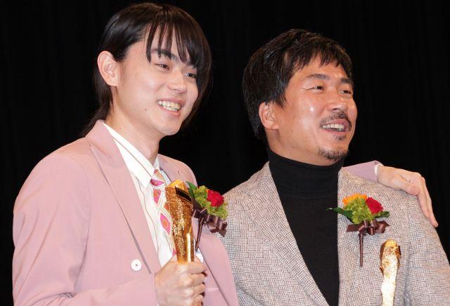 第91回キネマ旬報ベスト・テンで主演男優賞を受賞し、『あゝ、荒野』で助演男優賞を受賞したヤン・イクチュンと喜びを分かち合う菅田将暉