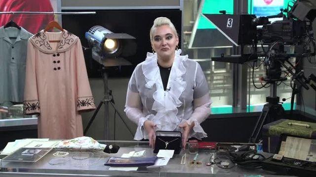 映画『タイタニック』でローズ役のケイト・ウィンスレットが着用していたジャケット(左から2番目)など、ハリウッドの大物スターの私物が8月31日、競売にかけられることになった。写真はクルーズ・GWSオークションズの創業者ブリジット・クルーズ氏。COURTESY GWS AUCTIONS, INC