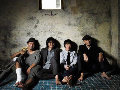 フラカンの四人、左からミスター小西(Dr)/竹安堅一(B)/鈴木圭介(Vo)/グレートマエカワ(B)
