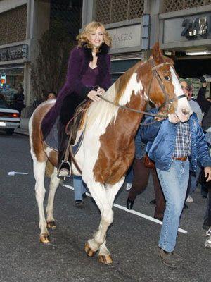 乗馬をするマドンナ
