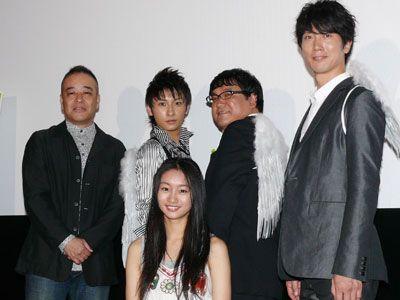 後列左から佐藤祐市監督、與真司郎(AAA)、カンニング竹山、佐々木蔵之介、手前は忽那汐里