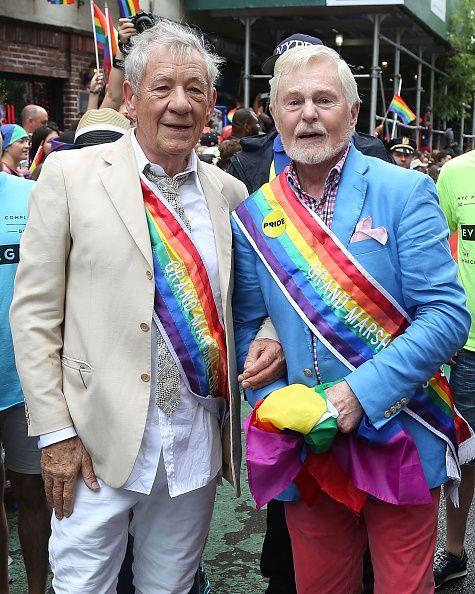 写真はニューヨークのゲイ・プライド・パレードに参加したイアン・マッケランとデレク・ジャコビ