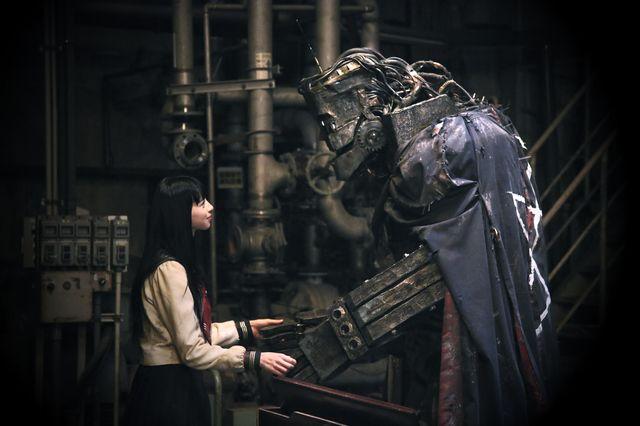 ヒロイン・カノン役の中条あやみと、彼女に恋する機械・ライチ