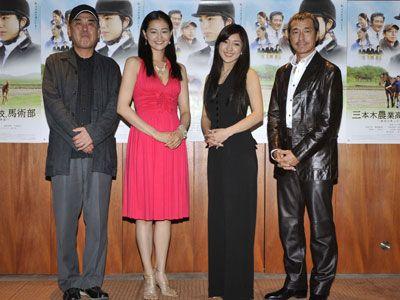 左から、佐々部清監督、黒谷友香、長渕文音、柳葉敏郎