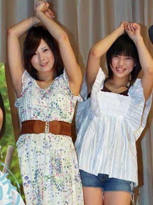 「えい、やー!」高木古都・19歳(左)と荒井萌・15歳
