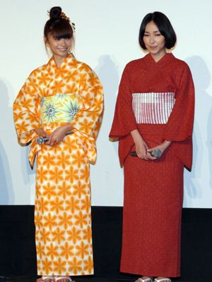 キュートなオレンジ色の浴衣の宮崎あおいと大人っぽい浴衣の麻生久美子