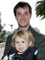ノア・ワイリーと3歳になる息子のストラウサー