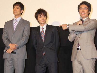 「センターはおれのもの!」(左から)沢村一樹、小池徹平、生瀬勝久
