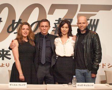 慰めになるかも?(写真左から)バーバラ・ブロッコリ、ダニエル・クレイグ、オルガ・キュリレンコ、マーク・フォースター