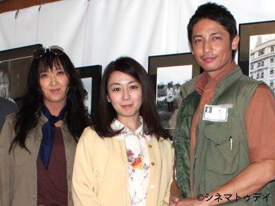 囲み取材に応じた紫吹淳、酒井美紀、玉木宏(左から)