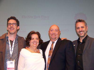 (左から)プロデューサーのフィリップ・ハリソン、従姉妹のフィリス・アントネリス、弟チャールズ・ルッソ、ジェフリー・シュワルツ監督