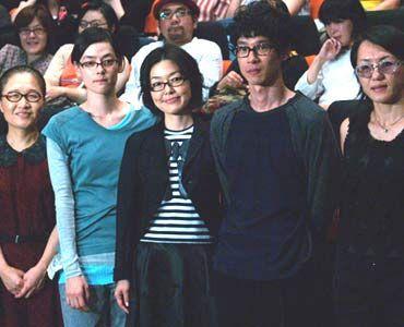 プライベートで本当の眼鏡をかけているのはもたいと小林だけだという   左からもたいまさこ、市川実日子、小林聡美、加瀬亮、荻上直子監督
