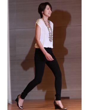 スラッと伸びた足が美しい、吉瀬美智子