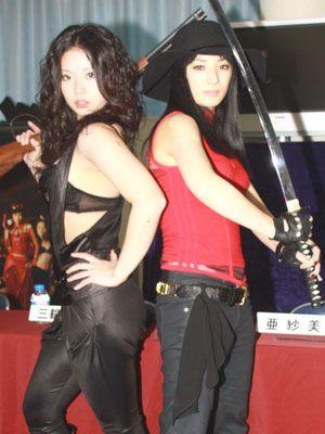 黒ブラがセクシーな亜紗美と赤いボンデージ姿がクールビューティの三輪