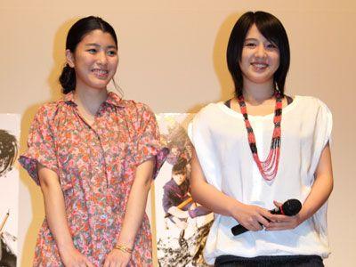 笑顔がさわやかな成海璃子(左)と桜庭ななみ(右)