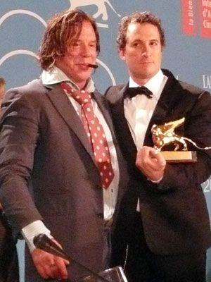 金獅子を手に誇らしげなミッキー・ロークと(左)ダーレン・アロノフスキー監督(右)