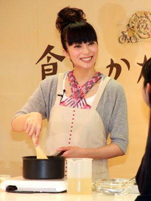 柴咲コウ、お料理中!