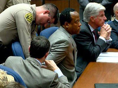法廷で拘束されるコンラッド・マーレイ被告
