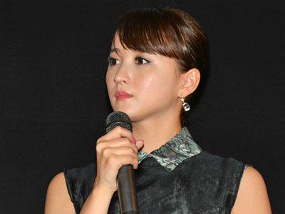 初主演映画の公開を迎え涙を見せた小松彩夏