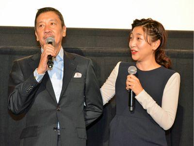 父・奥田瑛二監督(左)を気遣う様子を見せた安藤サクラ(右)