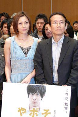 新人弁護士を演じた瀬戸朝香と周防正行監督。後ろにいる方々は、現役の弁護士のほか、司法修習生、法科大学院生など