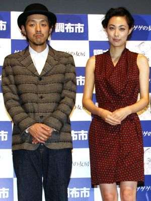 映画版『ゲゲゲの女房』に出演する宮藤官九郎と吹石一恵(左より)