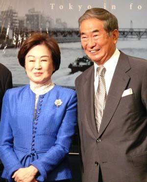 女優の司葉子と並ぶ石原都知事
