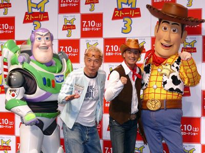 カウボーイ人形ウッディ役を務める唐沢寿明とスペースレンジャーのおもちゃバズ役を務める所ジョージ
