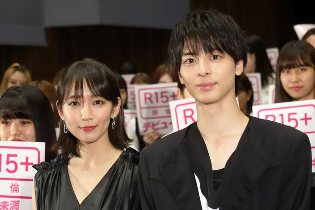 吉岡里帆(左)に高校生だと思われていた高杉真宙(右)