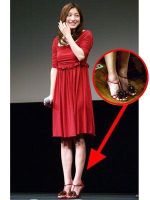 見事な脚線美を披露した広末。7cmはあろうかと思われるピンヒールを履きこなしていました