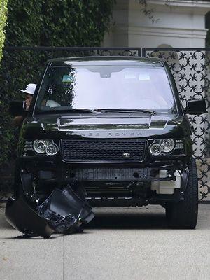 前のバンパーが大きく損傷したベッカムの愛車