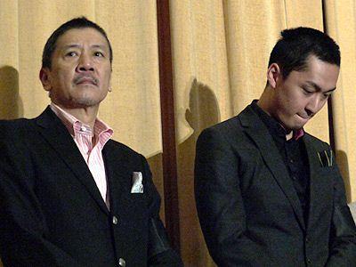 沈痛な面持ち…… 奥田瑛二(左)、渡辺大(右)