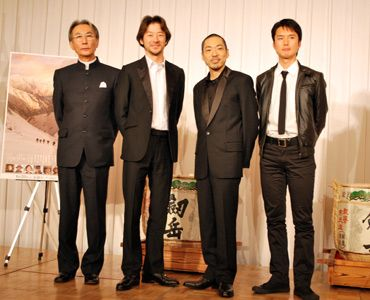 富山のみなさんありがとう!(写真左から)木村大作監督、浅野忠信、香川照之、蟹江一平