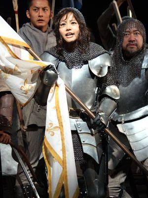 初舞台&初主演「ジャンヌ・ダルク」で大立ち回りを披露した堀北真希。迫力あります!