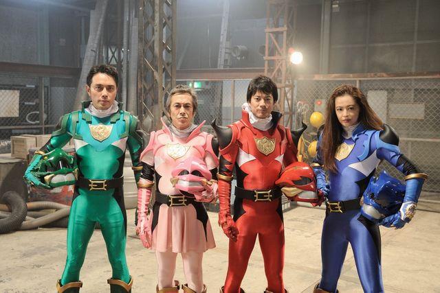 個性あふれるスーツアクター姿!(左から)日向丈、寺島進、唐沢寿明、黒谷友香
