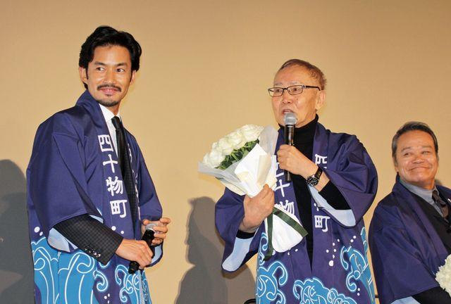 石橋冠監督に花束を贈呈した竹野内豊