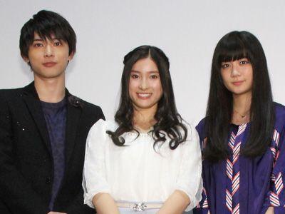 吉沢亮(左)と清水富美加(右)との共演を喜んだ土屋太鳳(中央)